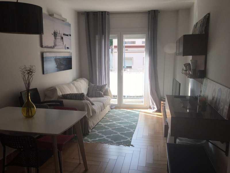 Salon con ventana sofás y muebles