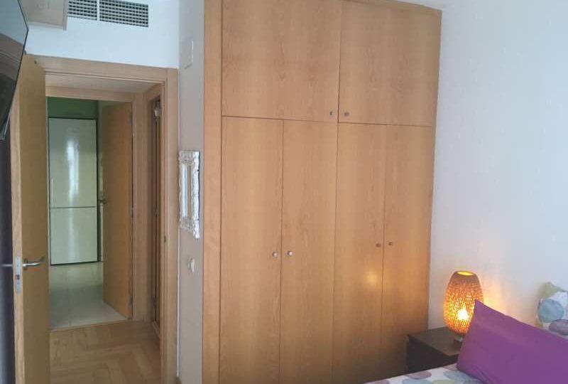 Dormitorio con cama de matrimonio ropero de madera