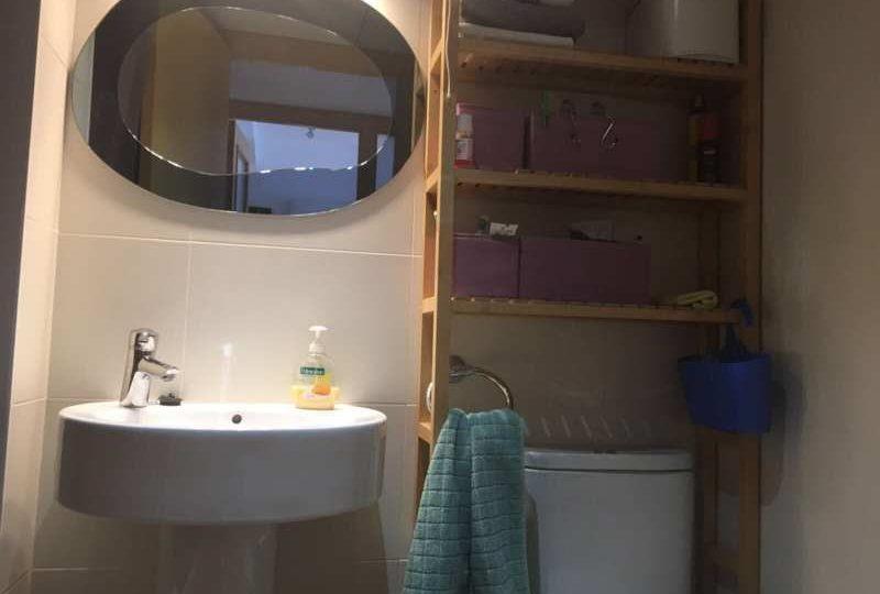 Vista de lavabo con mueble de baño y espejo