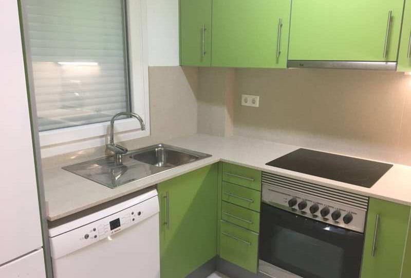 Cocina de apartamento muebles color verde