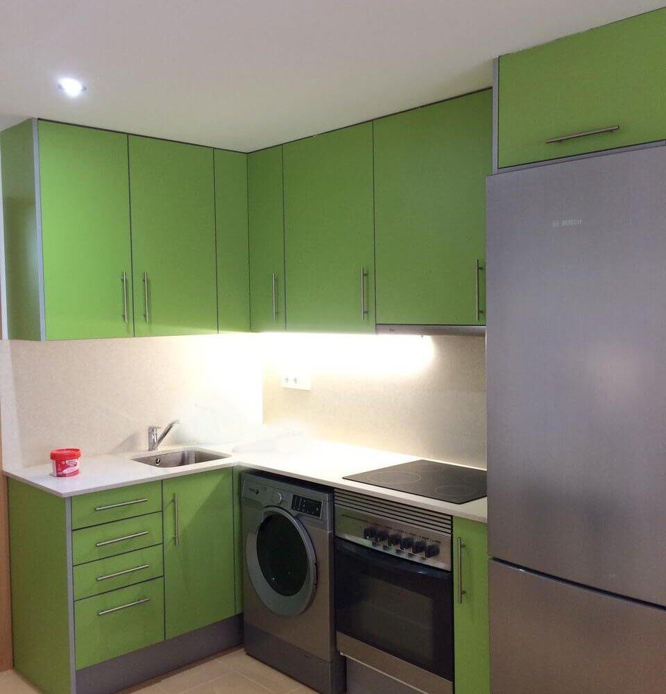 Cocina equipada con muebles y electrodomésticos de Loft en alquiler Canet