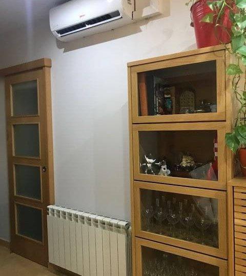 Parte de salón con cristalera calefacción y aire acondicionado de piso en venta en barrio Eixample de Barcelona
