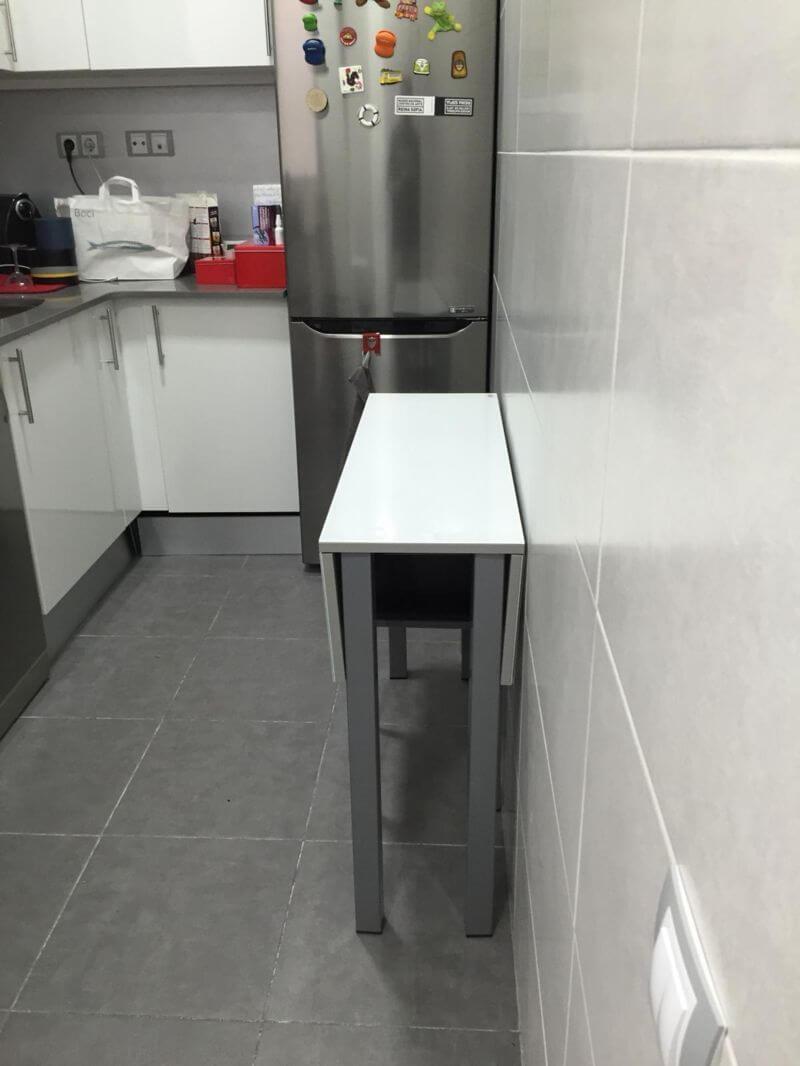 Cocina moderna con muebles mesa y nevera de piso en venta en Eixample de Barcelona