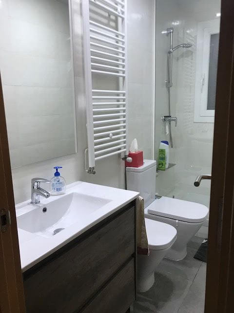 Baño totalmente equipado moderno y elegante de piso en venta en Eixample de Barcelona