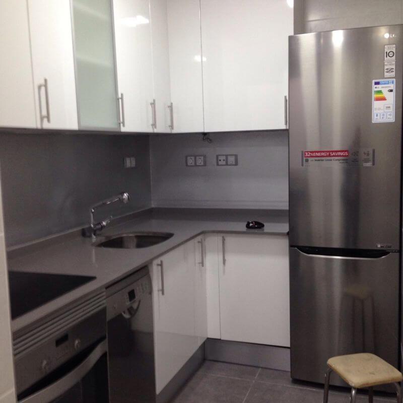 Cocina moderan con muebles y electrodomésticos totalmente equipada de piso en venta en Eixample de Barcelona