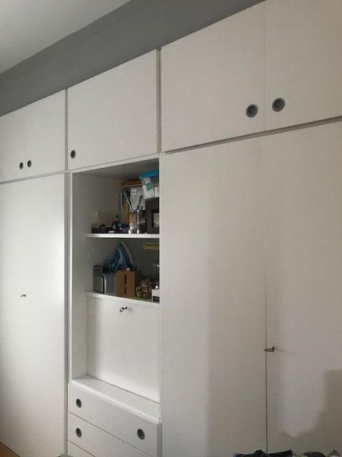 Gran armario empotrado con puertas, baldas y cajones de piso en venta en barrio Eixample de Barcelona
