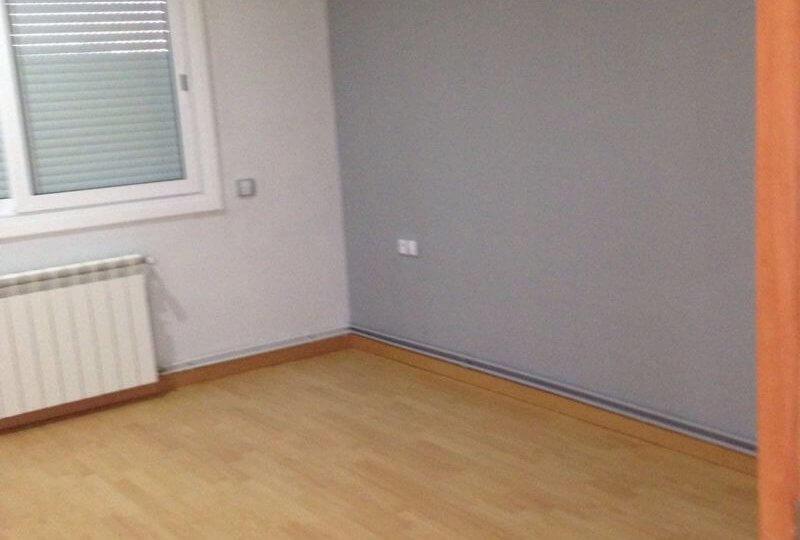 Vista de habitación con suelo de parqué, calefacción y ventana de piso en venta en barrio Eixample de Barcelona