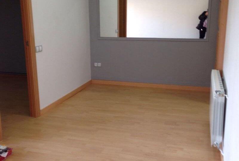 habitación amplia con calefacción y suelo de parque de piso en venta en barrio Eixample de barcelona