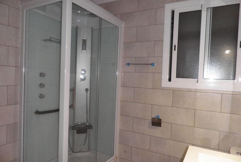 Baño con cabina de ducha de Piso en Alquiler en Premià de Mar