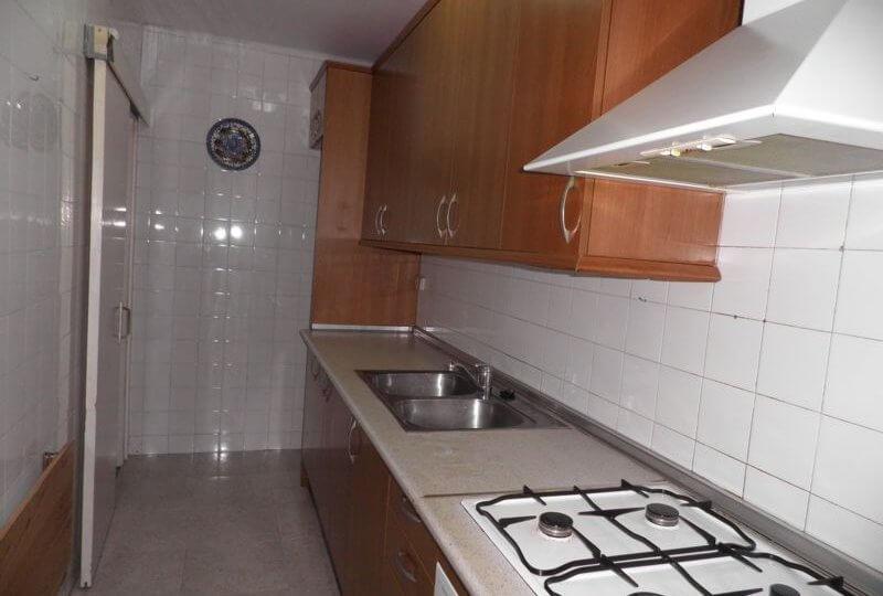 Cocina equipada con horno, campana y muebles de Piso en Alquiler en Premià de Mar