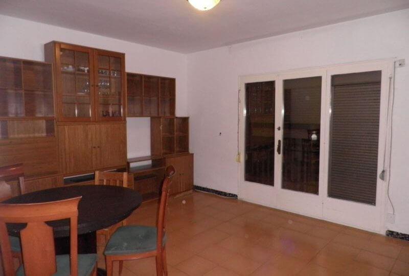 Salón de Piso en Alquiler en Premià de Mar ventana y mobiliario